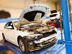 إصلاح الحوادث وإصلاح الشاسيه ومحاذاة لسيارات بي إم دبليو في مركز كويك فيت للسيارات