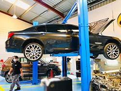 إصلاح وصيانة الفرامل بي إم دبليو في دبي في مركز كويك فيت للسيارات