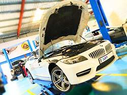 """العملاء """"التحقق من محرك الضوء على"""" تشخيص والثابتة في مركز السيارات صالح السريع"""